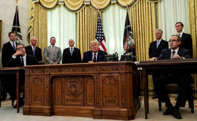 Vučić in Hoti sta v Beli hiši v prisotnosti Trumpa podpisala sporazum o gospodarskih odnosih. Foto: Leah Millis/Reuters