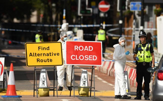Policisti zbirajo dokaze po nedeljskem napadu v Birminghamu. FOTO: Oli Scarff/AFP