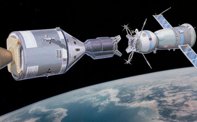 Simbolično »rokovanje« dveh vesoljskih ladij 220 kilometrov nad Zemljo. Vir Nasa