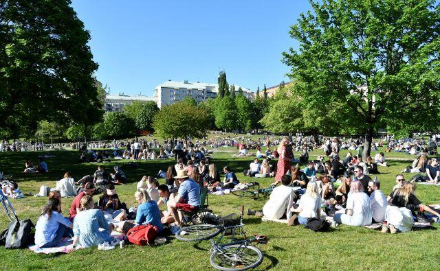 Park Tantolunden v Stockholmu maja 2020: švedski način spopadanja s koronavirusom v praksi. FOTO: Reuters