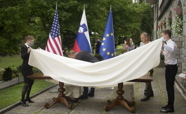Prav nič ni naključno vračanje Slovenije na Balkan in v »vzhodno Evropo«, pripeto na klečeplazenje in dobrikanje ZDA in še posebno njeni vojski, v maniri najbolj gnilih latinskoameriških kompradorskih diktatur. FOTO: Jure Eržen