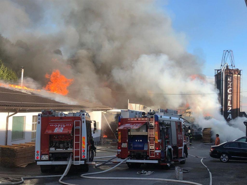 Eksplozija finih delcev povzročila velik požar