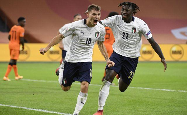 Italija pod taktirko Roberta Mancinija napreduje, z zmago proti Nizozemski pa je mlajši Mancinijev rod navdušil navijače. Na fotografiji strelec gola Nicola Barella in Moise Kean. FOTO: Piroschka Van De Wouw/Reuters