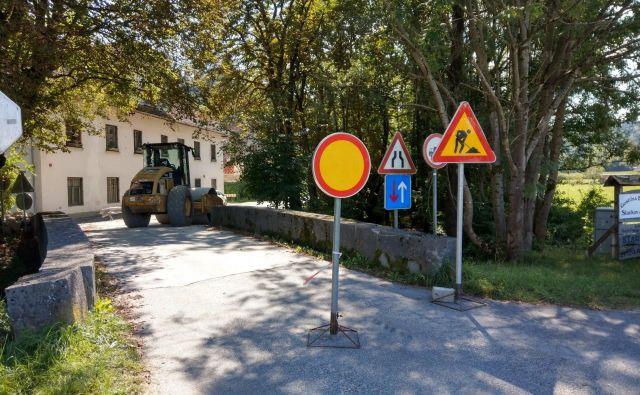 Cesta skozi Seničico do občinske meje pri motelu Medno je že obnovljena. FOTO: Aleš Stergar/Delo