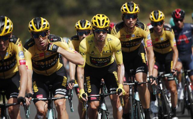 Primož Roglič (v sredini) je nesporni vodja ta čas najmočnejše kolesarske ekipe na svetu. FOTO: Benoit Tessier/Reuters