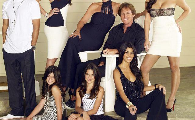 <em>V koraku z družino Kardashian</em>(prva sezona); v zadnji vrsti (od leve): Robert Kardashian Jr., Khloe Kardashian, Kris Jenner, Bruce Jenner, Kim Kardashian; (v ospredju): Kyline Jenner, Kendall Jenner in Kourtney Kardashian. FOTO:E! Network/Courtesy Everett Collection