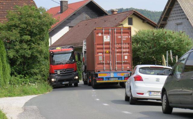 Tovornjaki se v Zgornjem Hotiču nevarno srečujejo kar med hišami. FOTO: Bojan Rajšek/Delo