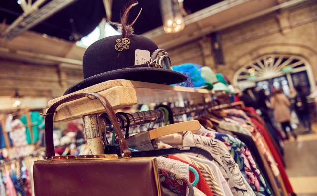 Da bi se izognili kupovanju vedno novih oblačil, lahko obiščemo trgovine z rabljenimi oblačili, saj jim na takšen način podaljšamo življenje. Foto Seeshooteatrepeat/Shutterstock