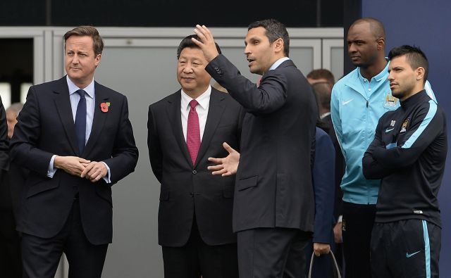 Britanski premier David Cameron in kitajski predsednik Xi Jinping sta si oktobra 2015 ogledala kamp Manchester Cityja na povabilo predsednika kluba Khaldoona Mubaraka (tretji z leve). Kitajsko državno podjetje Citic ima 12-odstotni delež v ManCityju. FOTO: Joe Giddens/Reuters