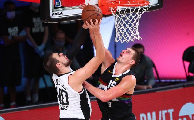 Srb Nikola Jokić (Denver) je takole ustavljal Hrvata Ivico Zubca (LA Clippers). FOTO: Kim Klement/USA TODAY Sports