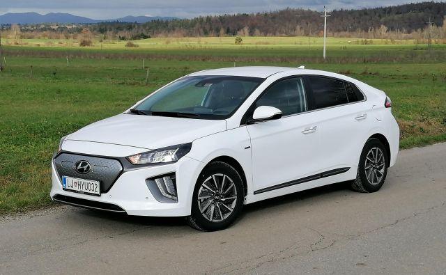 Hyundai je ioniqa osvežil in posodobil, osnovna razmerja pa so enaka kot doslej. Oblikovno so ga približali idealni kapljici za rezanje zraka, zaradi česar ima količnik zračnega upora le 0,24. FOTO: Boštjan Okorn