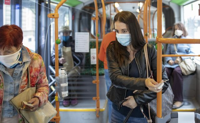 Na mestnih avtobusov bi morali potniki stati na varni razdalji 1,5 metra, kar pa je nemogoče. Foto Voranc Vogel