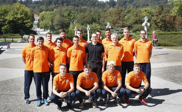 Ekipa ACH Volleyja se je takole postavila pred fotografske objektive. FOTO: Leon Vidic