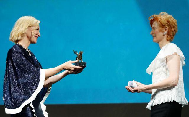 Predsednica žirije Cate Blanchett je na otvoritvi beneškega filmskega festivala podelila igralki Tildi Swinton zlatega leva za življenjsko delo. FOTO: Yara Nardi/Reuters