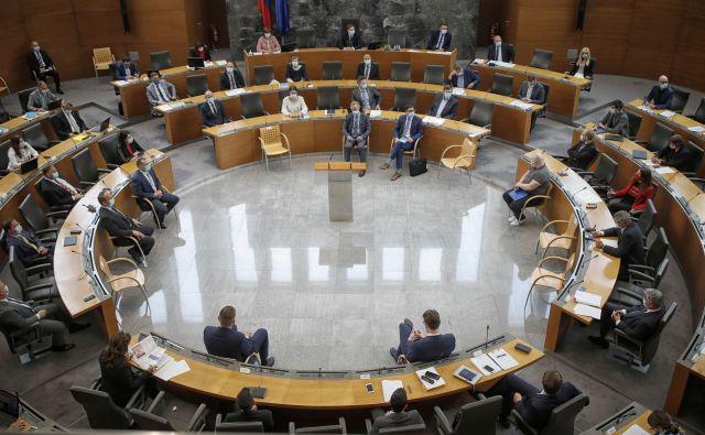 Anketiranci so v septembrskem Barometru delo državnega zbora in vlade ocenili nekoliko nižje kot prejšni mesec. FOTO: Blaž Samec/Delo