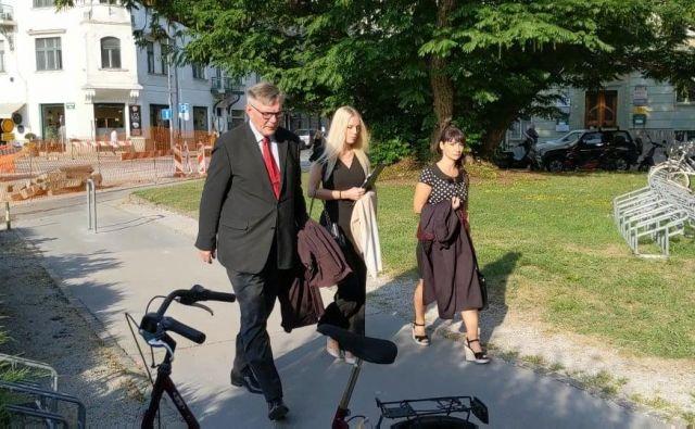 Julija Adlešič je na izrek sodbe prišla v družbi odvetnika. FOTO: A. L./Slovenske novice