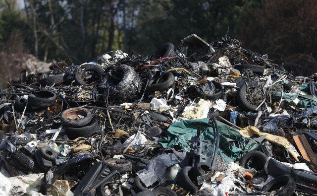 Požar na avtomobilskem odpadu na Cesti dveh cesarjev. FOTO: Leon Vidic/Delo