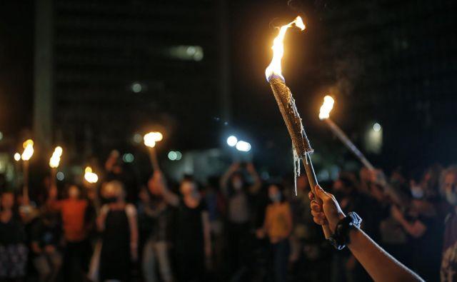 Protest se je zaključil na Trgu republike, ki so ga osvetljevale bakle upora. FOTO: Blaž Samec/Delo