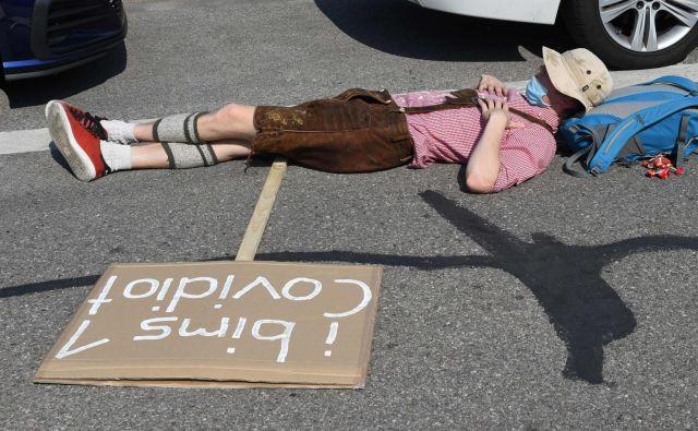 Protesti proti ukrepom za preprečitev širjenja koronavirusa v Nemčiji dajejo vtis, da je družba, ko gre za spopadanje z virusom, razdeljena na dva enako velika tabora, a to ne drži. FOTO: Christof Stache/AFP