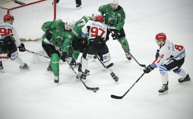 V prvem večnem hokejskem derbiju sezone so se zmage veselili Jeseničani. FOTO: Uroš Hočevar