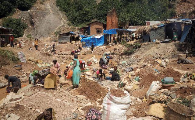 Arhivski posnetek rudnika zlata v bližini Kamituge na vzhodu Konga. V improviziranih rudnikih so nesreče pogosto smrtonosne. FOTO: Djaffar Al Katanty/Reuters