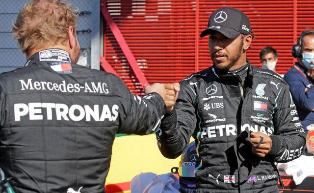 Voznika srebrnih puščic Lewis Hamilton (desno) in Valtteri Bottas bosta jutrišnjo dirko na ferrarijevem dirkališču začela v ospredju. FOTO: Luca Bruno/AFP
