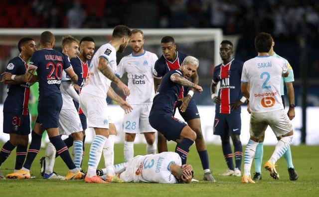 Francosko nogometno klasiko so zaznamovali tudi spori med igralci in incidenti. FOTO: Gonzalo Fuentes/Reuters