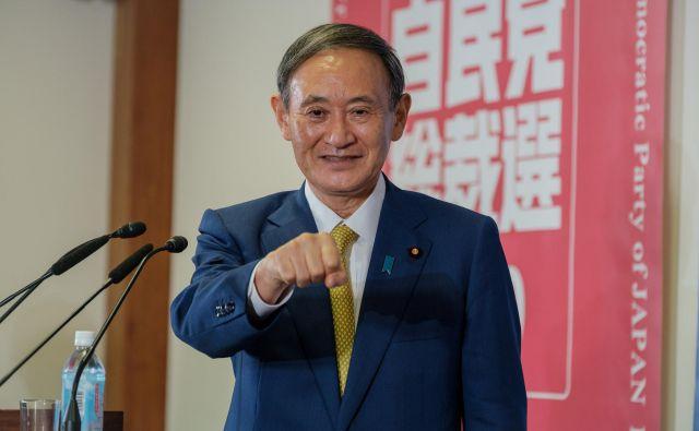Sugov obraz se je do zdaj zdel številnim Japonci »malce dolgočasen«, danes pa ga je razsvetlil nasmeh zmagovalca. FOTO: Nicolas Datiche/Reuters