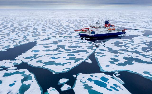 Na fotografiji je nemška raziskovalna ladja Polarstern odprave Mosaic.<br /> Foto Mosaic/Steffen Graupner