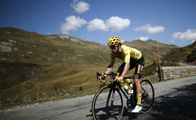 Primož Roglič in njegova ekipa sta tudi z izbiro črnih okvirjev zmanjšala težo koles za gorske etape. FOTO: Benoit Tessier/Reuters