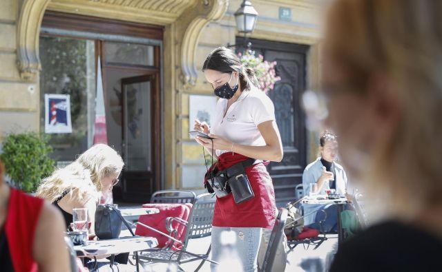 Okuženih spet več, bo vlada omejila delovni čas lokalov? FOTO: Leon Vidic/Delo