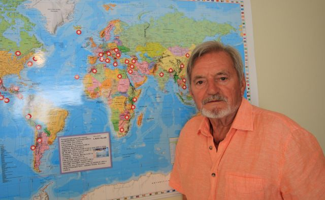 Kot izkušen aranžer si je Lado Klar sam izdelal pregledni zemljevid sveta z označenimi pomembnejšimi kraji in vrhovi, ki jih je že obiskal. Na zemljevidu je še veliko prostora, pravi. FOTO: Jože Pojbič/Delo