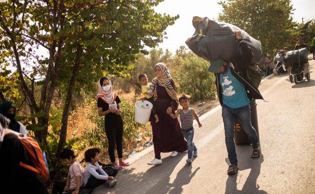 Prihodnji teden bo evropska komisija predlagala nov migracijsko-azilni pakt. Eden od njegovih ciljev bo skupno prevzemanje odgovornosti za prosilce za azil. FOTO: Angelos Tzortzinis/AFP