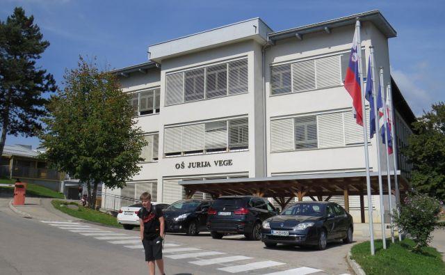 Za zidovi velike šole primankuje veliko šolskega prostora.<br /> FOTO: Bojan Rajšek/Delo