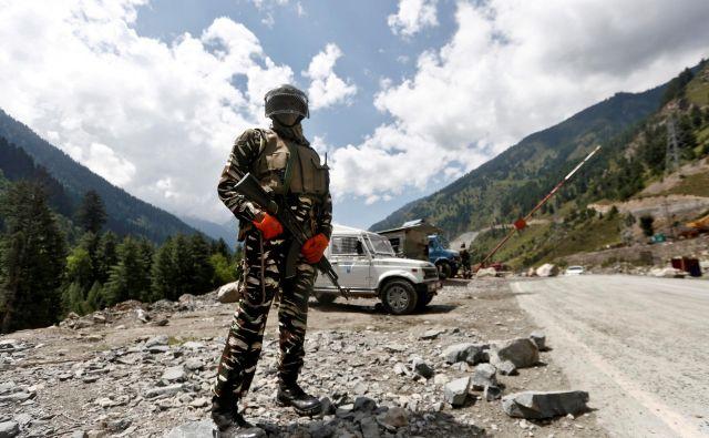 Junija je bilo v spopadih med kitajskimi in indijskimi vojaškimi enotami, stacioniranimi ob sporni meji v himalajskem območju Ladak, ubitih najmanj 20 indijskih vojakov. FOTO: Danish Ismail/Reuters