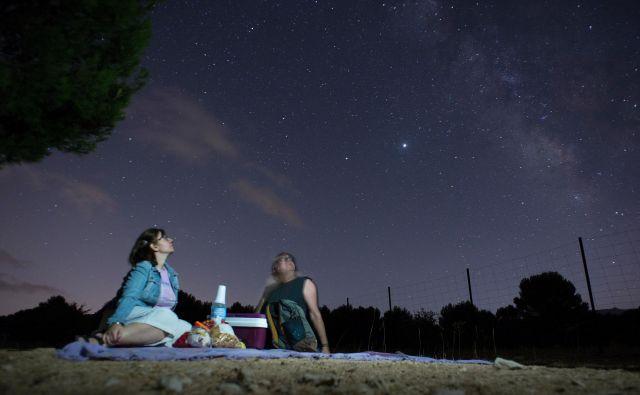 Na poti od nebesnega telesa do nas se lahko svetloba absorbira in sipa v medzvezdnem prostoru. FOTO: Jorge Guerrero/AFP