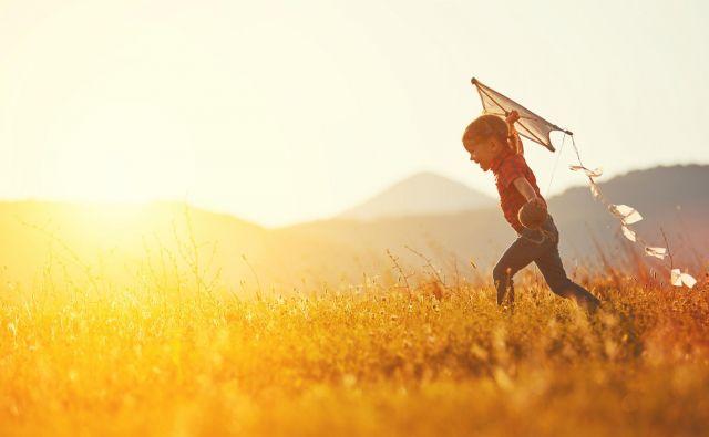 Z izražanjem starševske ljubezni pomagamo otroku, da zgradi pozitivno sliko o sebi. FOTO: Shutterstock