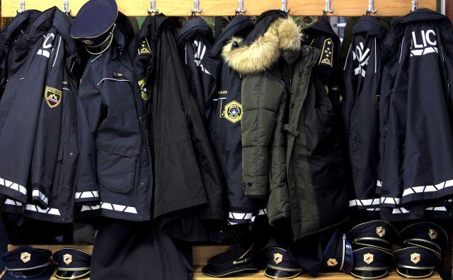Bodo policisti, če ne bo socialnega dialoga, obesili suknjič? FOTO: Roman Šipić/Delo