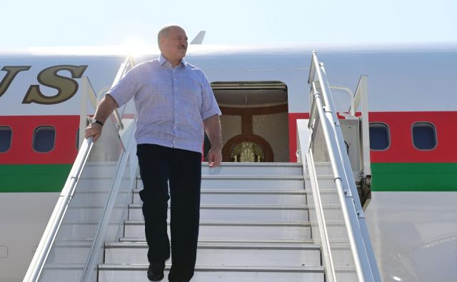 Beloruski predsednik Aleksander Lukašenko ob prihodu v ruski Soči.FOTO: Belta Via Reuters