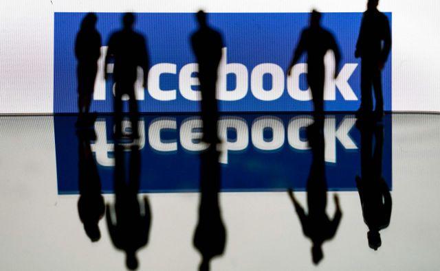 Facebook je pripravil projekt, v katerem bi izbranim medijem plačeval za vsebino. Zainteresirani mediji se morajo za tako partnerstvo posebej kvalificirati. Foto Kenzo Tribouillard/AFP