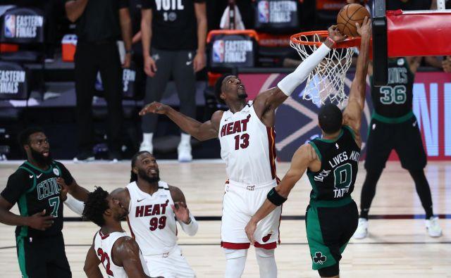 Miamijev košarkar Bam Adebayo (desno) je z blokado ustavil najboljšega Bostonovega strelca Jaysona Tatuma in postavil piko na i prvi finalni tekmi vzhodne konference. FOTO: Kim Klement/USA Today Sports