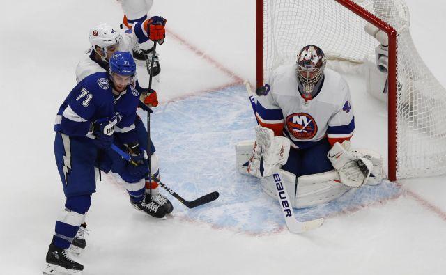Rus v vratih moštva New York Islanders Semjon Varlamov je bil po treh uvodnih porazi proti Tampa Bay v naslednjih dveh tekmah prvi mož »otočanov«. FOTO: Perry Nelson/USA TODAY Sports