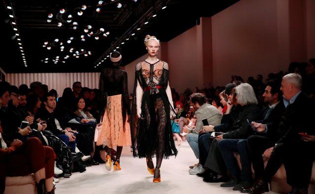 Rimsko hišo Fendi je umetniško kar 54 let vodil nemški oblikovalski zvezdnik Karl Lagerfeld, njegovo vlogo pa zdaj prevzema Britanec Kim Jones. Iz Fendijeve kolekcije jesen/zima 2020 na milanskem tednu februarja letos. Foto Alessandro Garofalo/Reuters