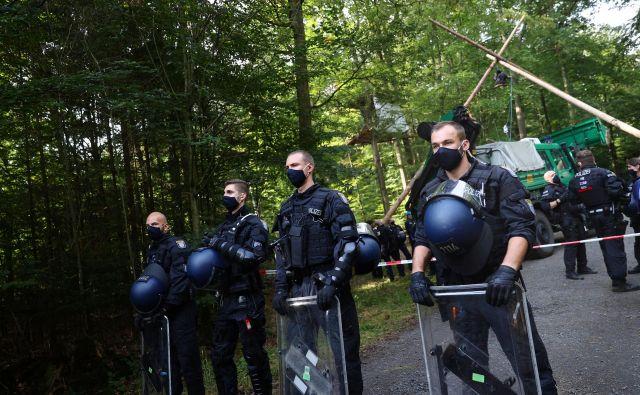 V Nemčiji je več policistov sodelovalo v spletnih klepetalnicah s skrajno desničarsko tematiko.FOTO: Kai Pfaffenbach/Reuters