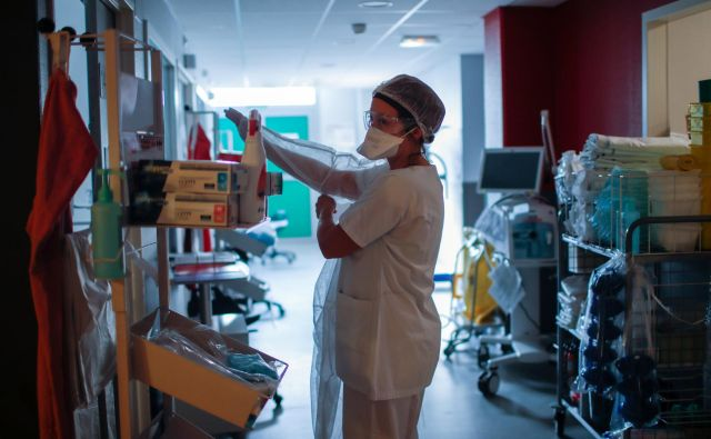 Medicinski tehniki so najbolj izpostavljeni okužbi. FOTO: Gonzalo Fuentes/Reuters