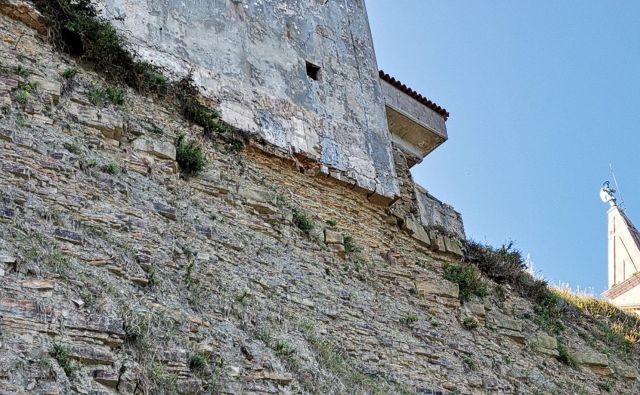 Župnišče visi najmanj pol metra v zraku in lahko vsak čas zdrsne v prepad. FOTO: Boris Šuligoj