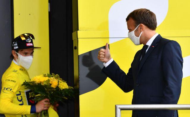 Francoski predsednik Emmanuel Macron je po koronsko čestital nosilcu rumene majice Primožu Rogliču. FOTO: Stuart Franklin/AFP