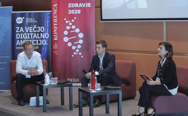 Udeleženci okrogle mize (z leve): Gregor Schoss (SIQ), Janez Kranjc (Prva osebna zavarovalnica) in moderatorka<strong> </strong>Alenka Toplak (SIQ) FOTO: Jože Suhadolnik