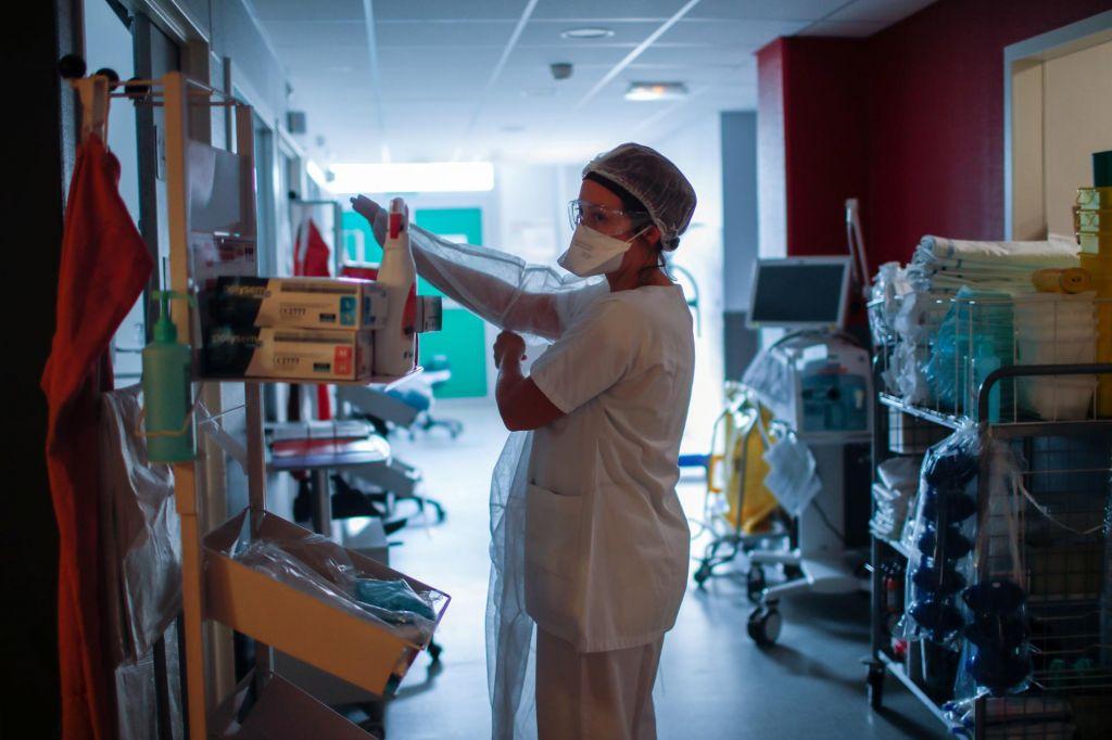 FOTO:Zaradi epidemije po svetu umrlo že več kot tisoč medicinskih tehnikov
