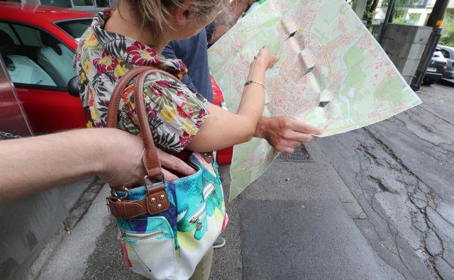 Spraševanje za pot na ulici je klasični pristop tatov. FOTO: Dejan Javornik/Delo